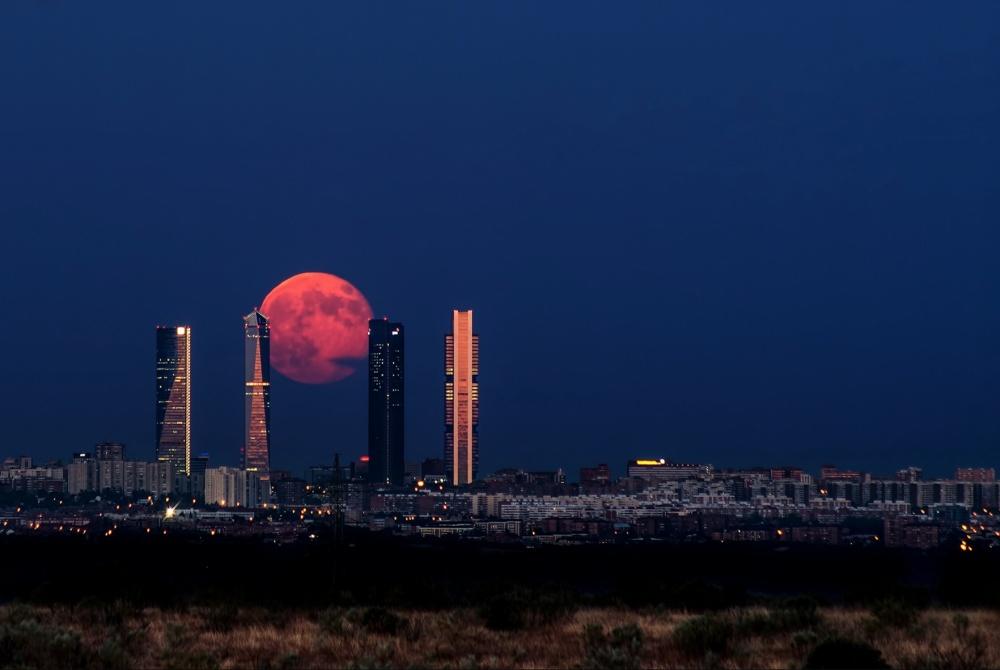Восходящая луна над Мадридом