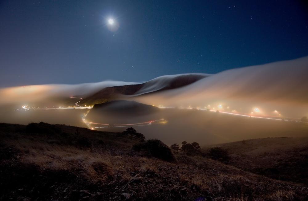 Ночной туман в Саусалито, Калифорния, США