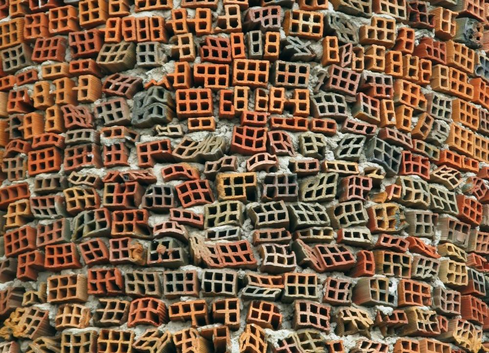 ирпичная стена собора в Мадриде