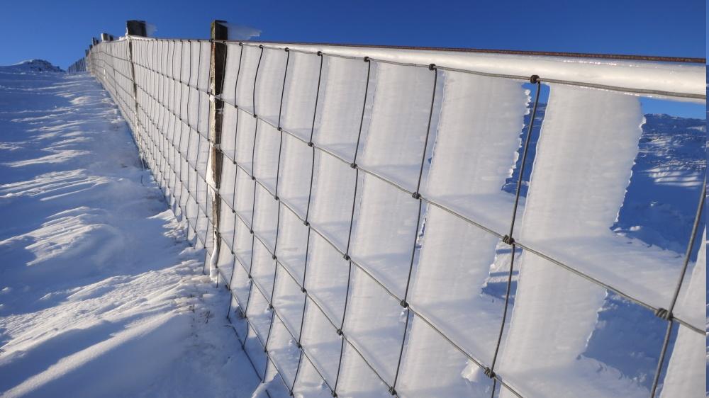 Идеально обледеневший забор