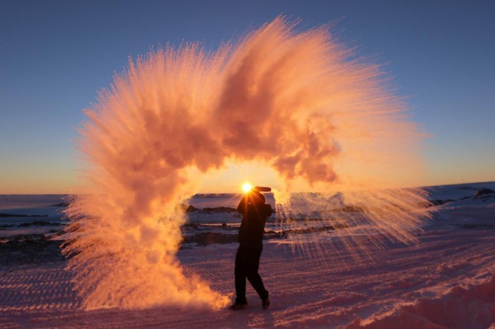 разлить горячую воду в Антарктиде