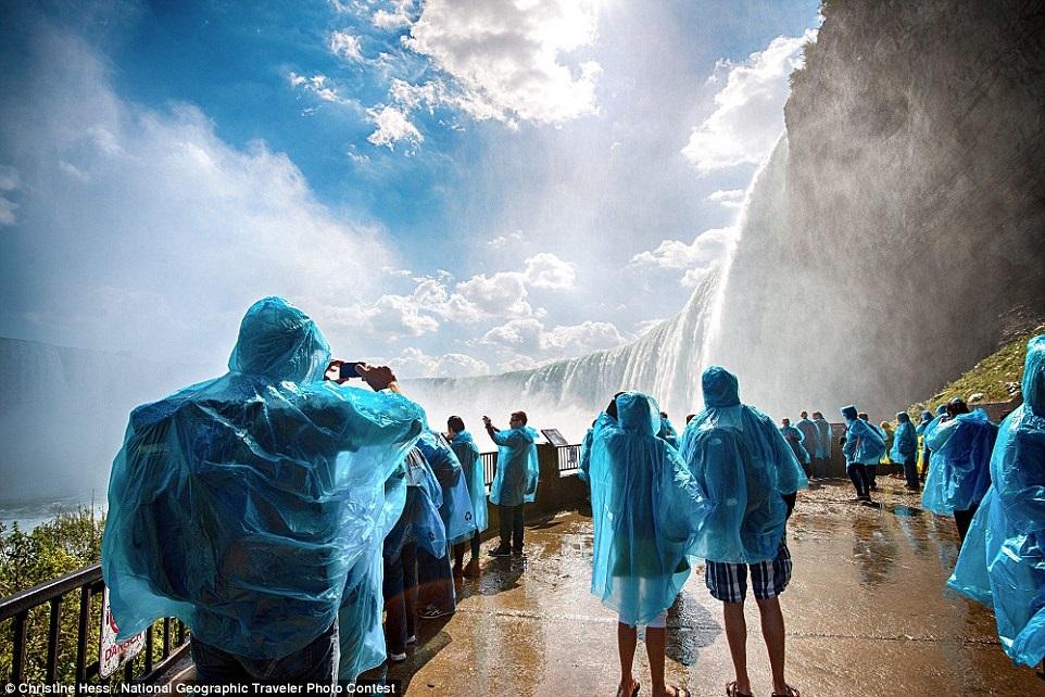 Туристы возле Ниагарского водопада